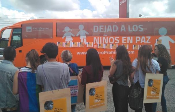 El Ayuntamiento de Logroño impide la entrada y el tránsito en el casco urbano del autobús 'Hazte Oír'