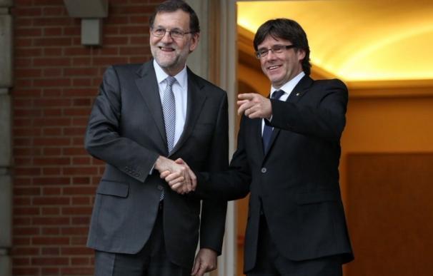 Rajoy recibe en la entrada de La Moncloa a Puigdemont, al que regala un facsímil de 'El Quijote'