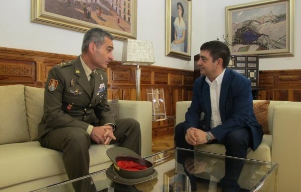Reyes recibe al general Aroldo Lázaro, nuevo jefe de la Brigada Guzmán el Bueno X