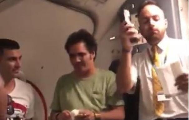 José Antonio Reyes, palmero de la desternillante versión de 'Despacito' de un azafato de Ryanair
