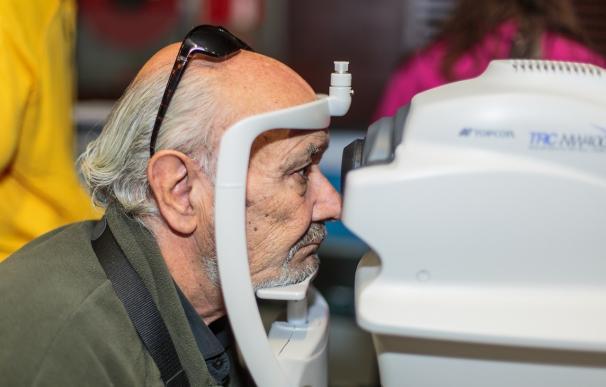 Ópticos-optometristas recomiendan revisiones periódicas a fumadores porque el tabaco afecta a las estructuras del ojo