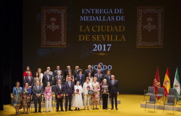 """Entregadas las medallas de la ciudad como """"cara y corazón"""" de valores a reconocer en la efeméride de la Expo'92"""