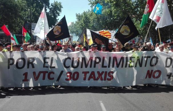 Varias plataformas del taxi amenazan con un paro indefinido si no se adoptan medidas para controlar las VTC