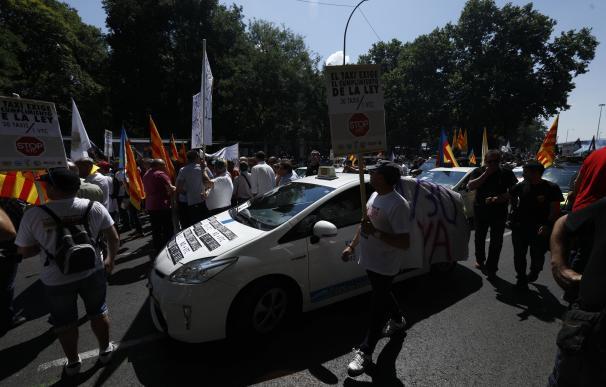 (Ampl.) Varias plataformas del taxi amenazan con un paro indefinido si no se controlan las VTC