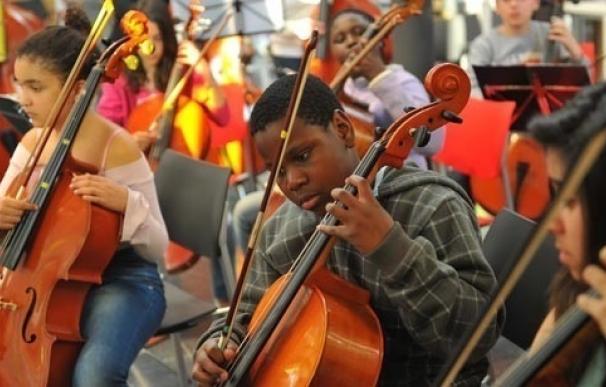 Dos orquestas comunitarias tocarán junto a la OBC en un concierto en L'Auditori