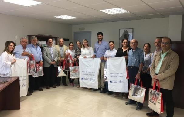Diputación reparte 20.000 bolsas entre las hermandades del Rocío para la recogida de los residuos