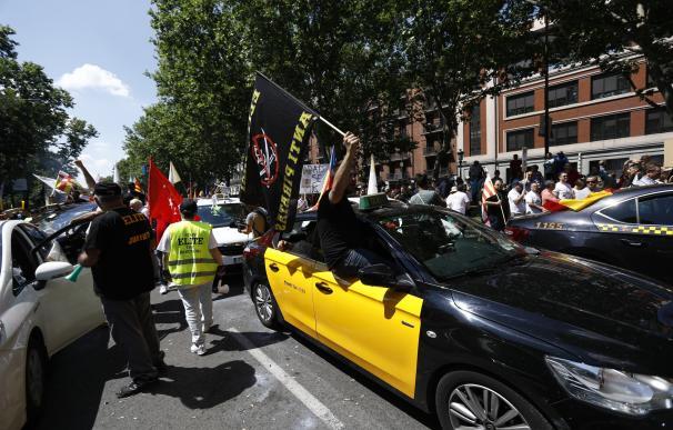Una multitudinaria manifestación de taxistas clama ante el Congreso contra las plataformas como Uber o Cabify