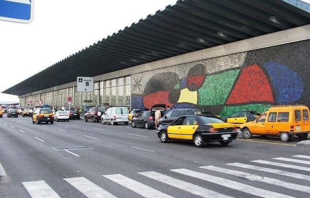 El Aeropuerto de Barcelona se queda sin taxis debido a la huelga de 24 horas
