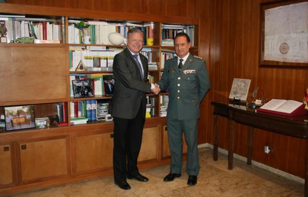 El subdelegado reconoce la labor del coronel de la Guardia Civil ante su próxima marcha