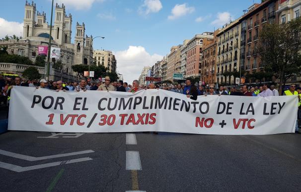Los taxistas de Madrid pararán hoy doce horas por la huelga contra Uber y Cafity