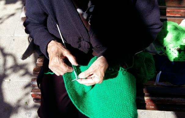 Mantas verdes tejidas por voluntarios visibilizarán la miastenia, enfermedad rara que afecta a unos 1.500 valencianos