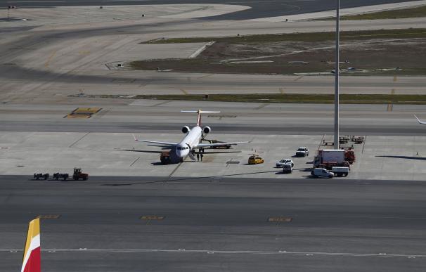 El aeropuerto de Barajas amanece sin taxis por la huelga contra Uber y Cabify