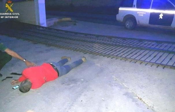 La Guardia Civil auxilia a un trabajador que quedó atrapado bajo una puerta de hierro de su empresa