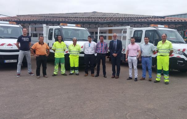 La Diputación de Badajoz entrega tres camiones basculantes a las brigadas de carreteras