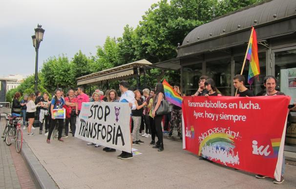 """Marea Arcoíris recuerda en una concentración que """"la transfobia no cabe en nuestras calles"""""""