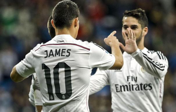 Isco y James celebran un gol juntos.