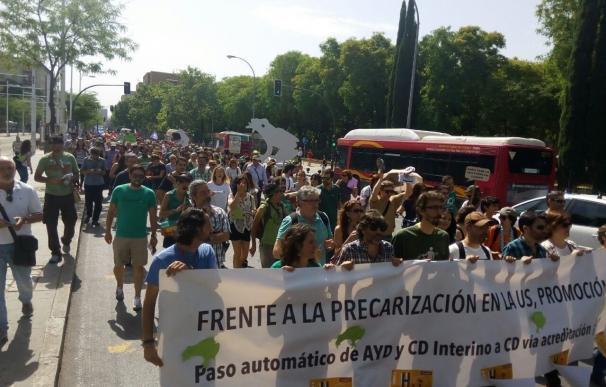 Centenares de personas se manifiestan en apoyo a la causa de los ayudantes e interinos de la US en huelga