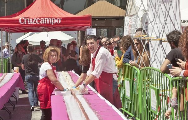 Córdoba acoge un 'récord Guinness' con la elaboración del flamenquín más grande del mundo, con 110,75 metros