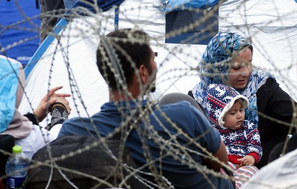 Miles de inmigrantes esperan para poder cruzar la frontera entre Grecia y Macedonia.