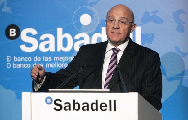 El presidente del Sabadell anuncia el cierre de 300 de las 900 oficinas de la CAM