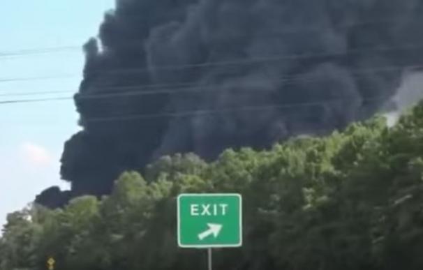 El humo se ve a varios kilómetros de distancia