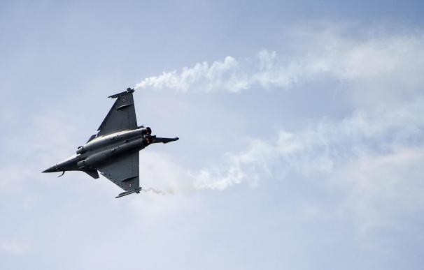 Un caza francés rompe la barrera del sonido para ayudar a un avión de línea