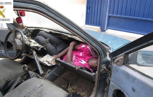 Uno de los 'modus operandi' de las mafias de inmigrantes es esconderlos en vehículos, en dobles fondos, el motor o el salpicadero