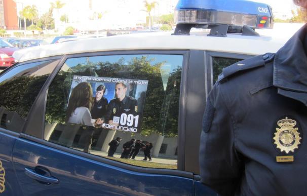Un total de 114 coches patrulla de Policía Nacional en Málaga muestran mensajes contra la violencia de género