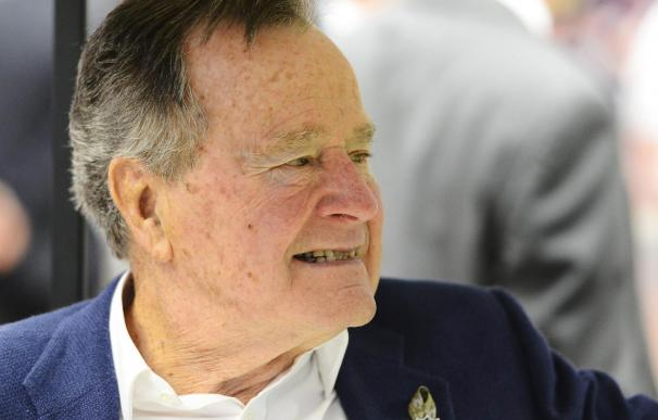 """La salud de George Bush padre """"empeora"""" por la """"persistente"""" fiebre"""