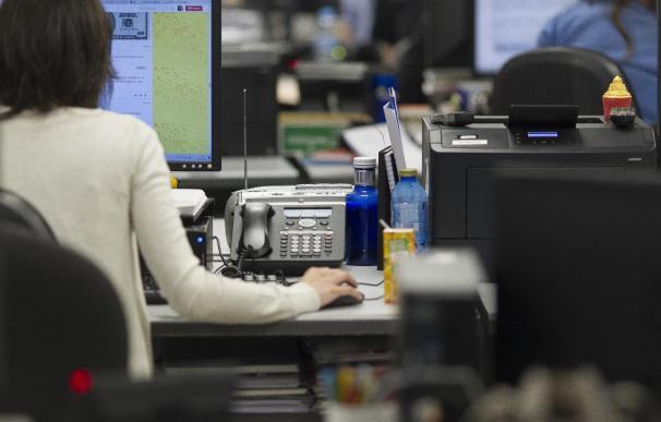 Unos trabajadores en una oficina