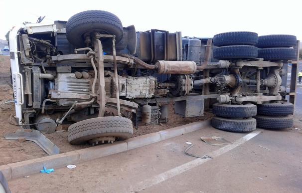 Herido un hombre tras el vuelco de un camión en Guía de Isora (Tenerife)