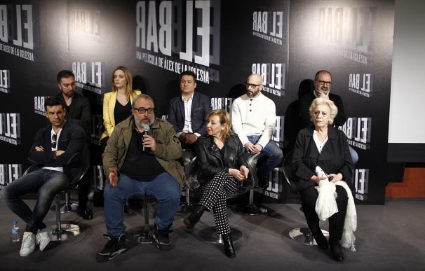 """Álex de la Iglesia termina el rodaje de 'El bar', un thriller """"inesperado"""" de """"supervivencia"""" y """"misterio"""""""