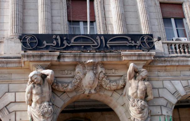 El Banco de Argelia depreciará el dinar frente al dólar para paliar la crisis económica