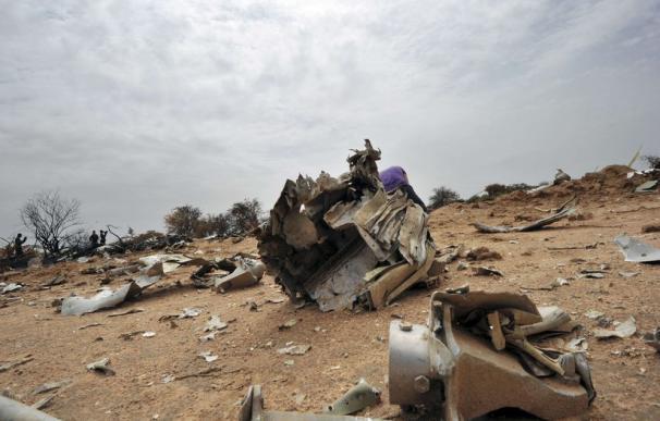 Los restos del Vuelo Air Algerie AH 5017 esparcidos en el lugar del accidente en la región de Malí Gossi, al oeste de Gao (AFP/SIA KAMBOU