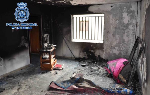 La Policía Nacional rescata a una mujer y sus dos hijos del interior de una vivienda en llamas en Lanzarote