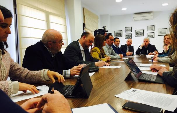 """La cúpula del PSOE visita Isla Mayor para exponer su """"batería de iniciativas"""" en defensa del cangrejo"""