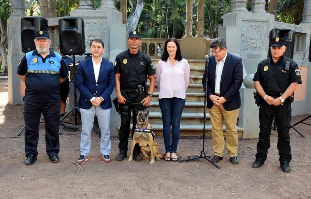 Santa Cruz condecora a dos perras policía que se jubilan tras diez años de servicio