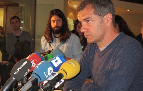El actor Toni Cantó anuncia en una rueda de prensa que deja su acta de parlamentario