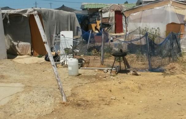 Cáritas atiende diariamente a los 60 habitantes del poblado de chabolas surgido en plena capital