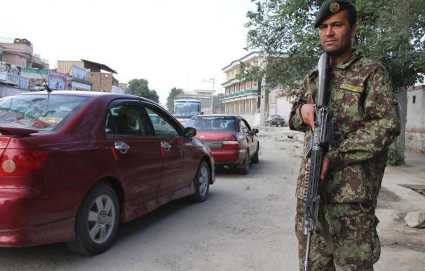 Una mujer con uniforme de la policía afgana mata a un soldado de EEUU