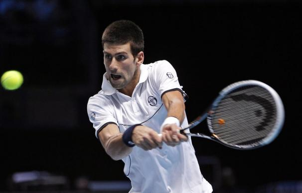 Djokovic se clasifica para la final de Abu Dabi arrasando a Federer
