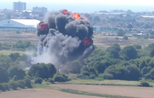 Un avión se estrella durante una exhibición en Reino Unido