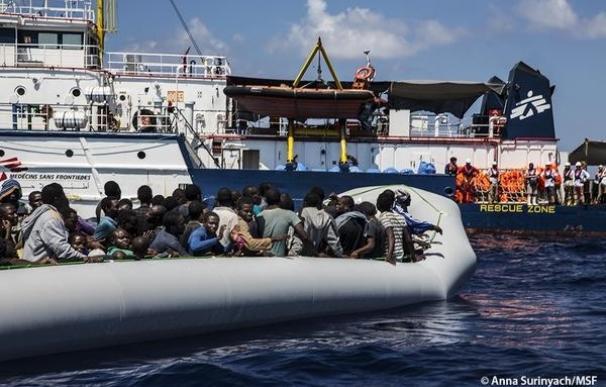 La misión de rescate de MSF salva a 128 inmigrantes que viajaban en un bote hinchable