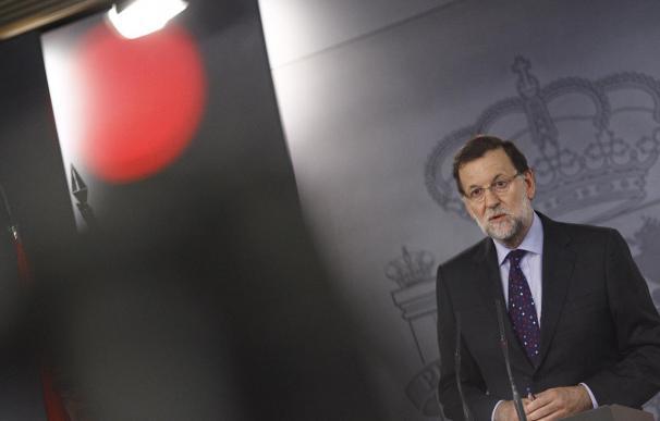 """Rajoy pide """"no generar tanta expectativa"""" sobre los cambios en el Gobierno y defiende a Santamaría"""