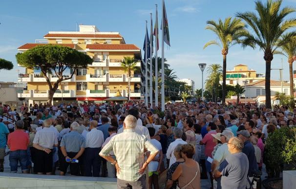 Unos 600 vecinos de Punta Umbría protestan contra la subida del IBI a las puertas del Ayuntamiento