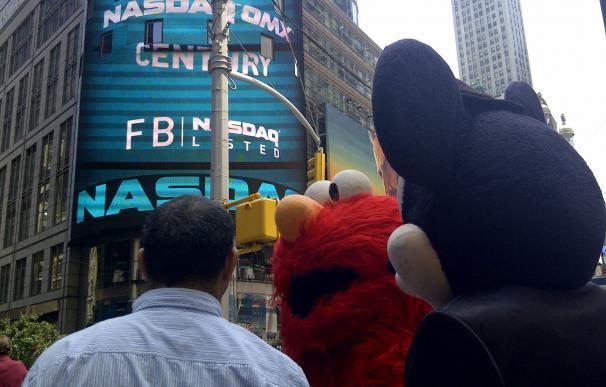 Estreno de Facebook en el Nasdaq, observado por Micky, un pelocho y gente de Nueva York.