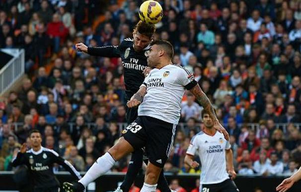 Otamendi y Ramos pelean por un balón aéreo en Mestalla