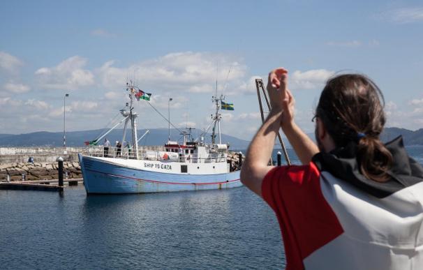 Medio centenar de personas reciben a uno de los buques de la Flotilla de la Libertad en Bueu, Pontevedra