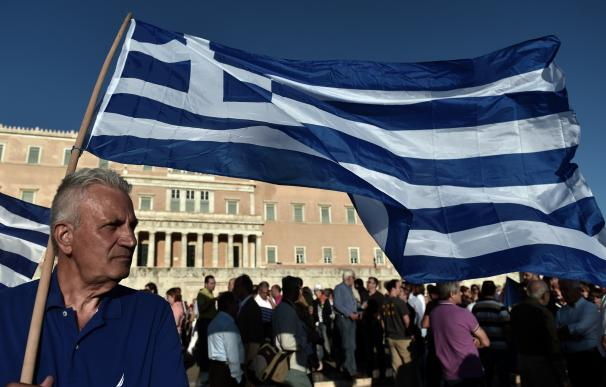 Decenas de griegos protestan delante del parlamento Nacional en Atenas, Grecia