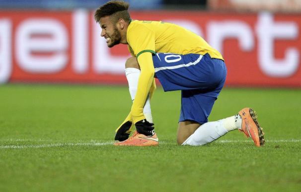 Neymar da un espectáculo bajo una intensa lluvia en un partido benéfico en Brasil